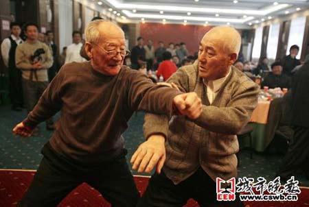 谭吉堂老人的两名师弟正在表演八极拳