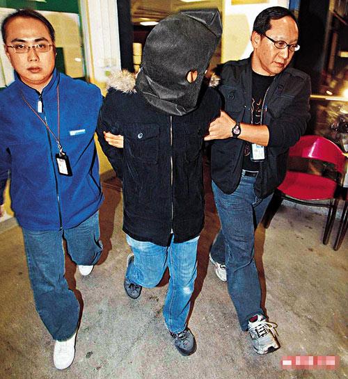 疑似艺人的淫照案,警方昨日再拘捕6男女,其中一名在中区被捕男子由警员押往柴湾住所搜查
