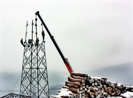 1月31日,电力工人贵州玉屏山区冒着风雪抢修损坏线路。