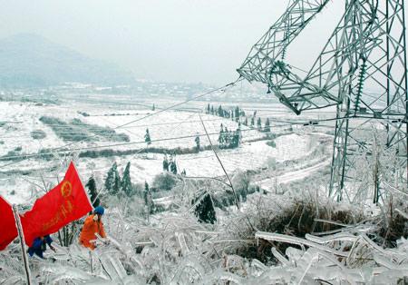 2月2日,桂林电力工人青年突击队赶赴被冰凌灾害扭曲的电塔现场。