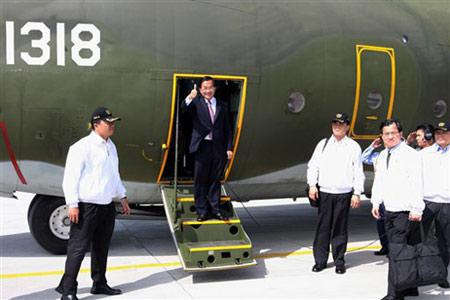 2月2日,陈水扁乘坐军用运输机抵达南沙太平岛。