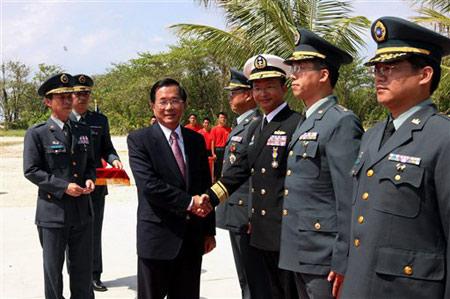 陈水扁与太平岛的守军握手