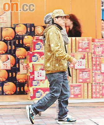 Hip-hop打扮的小春走在街上十分抢眼,难怪会被街坊认出