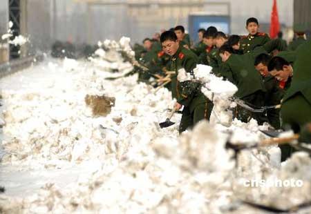 2008年1月31日,江苏武警总队一支队近千名武警官兵在南京绕城公路上清除冰雪。江苏沿江、苏南地区连日来持续遭受暴雪袭击,大部分地区积雪厚度已超过1961年有记录以来的历史极值。江苏武警一支队紧急出动官兵五千余人次,在南京城区、高速公路等交通主干道清扫积雪,疏导交通。中新社发郎从柳 摄