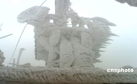 广西近日遭遇严重雨雪冰冻灾害,电力、通讯设施受到严重影响,图为中国移动广西公司在柳州市融安县一个被冰雪包裹的移动基站。中新社发申蓓 摄