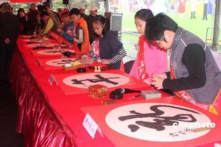 台湾一年一度的新年开笔大会,2月3日在台湾领导人办公室前广场举行。报名参加书法挥毫者达三千多人。图为最近一年内在台湾书法比赛中获奖的十位中小学生应邀在开笔大会上挥毫。中新社发耿军 摄