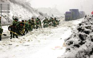 2月3日,武警官兵在京珠高速公路湖南段铲雪。新华社发