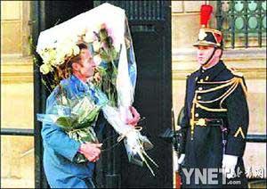 ■新华/法新   ■往爱丽舍宫里送婚礼布置用的鲜花