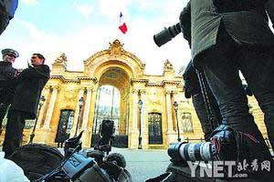 ■众多媒体聚集在巴黎爱丽舍宫门前