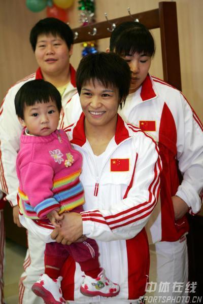 图文:体育健儿奥体中心捐款 冼冬妹与女儿