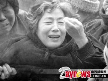 资料图片:朱文军的母亲失去爱子悲恸欲绝(记者李春泽摄)