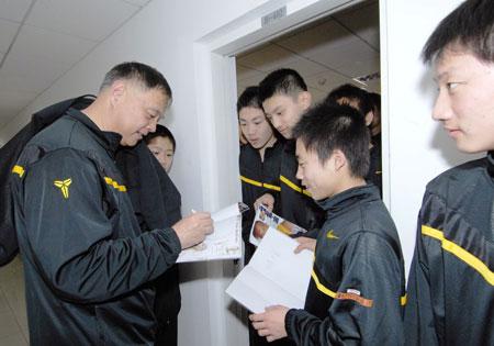张卫平冬季训练营 张卫平为小球员签名