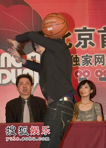 周杰伦大秀篮球绝技