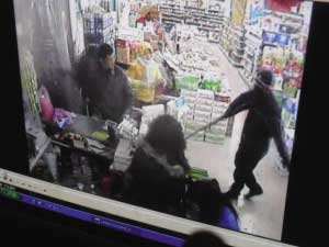 蒙面人持枪抢劫超市