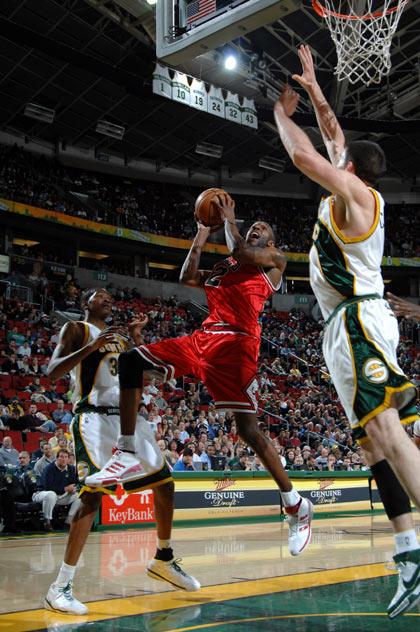 图文:[NBA]公牛胜超音速 史密斯上篮