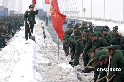 1月31日,据中国人民解放军总参谋部消息,截至今天18时,中国人民解放军全军和武警部队累计出动官兵20.7万人次、民兵预备役人员59.4万人次参加抗雪救灾。抢险部队领导干部身先士卒冲在第一线,为部队官兵和抢险群众树起了标杆。中新社发郎从柳 摄