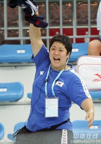 图文:中国游泳公开赛花絮 韩国选手为队友加油