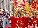 """来自中国的""""流动的紫禁城""""时装表演"""