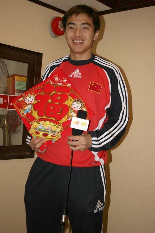 图文:福帅率国足为球迷