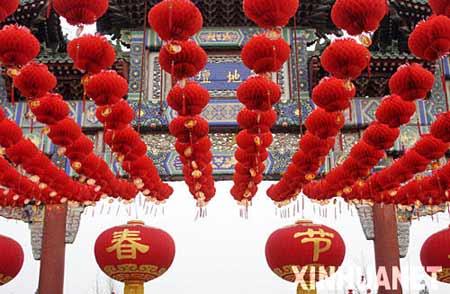2月4日拍摄的即将举办庙会的地坛公园。新春佳节临近,北京处处张灯结彩,一派喜庆气氛。 新华社发