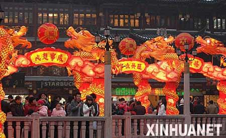 2月4日,游人在豫园内游览。当日,2008年上海豫园新春民俗艺术灯会进行安装调试后的第一次全面试灯。豫园灯会将于2月7日至24日举行,展出近30组彩灯。 新华社发