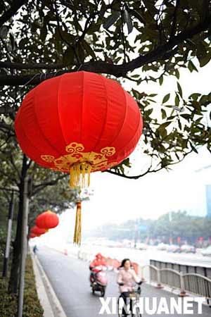 长沙市五一大道沿线挂起了大红灯笼(2月5日摄)。新春佳节临近,湖南长沙市街头装饰一新,张灯结彩,处处洋溢着喜庆的节日气氛。 新华社记者 龙弘涛 摄