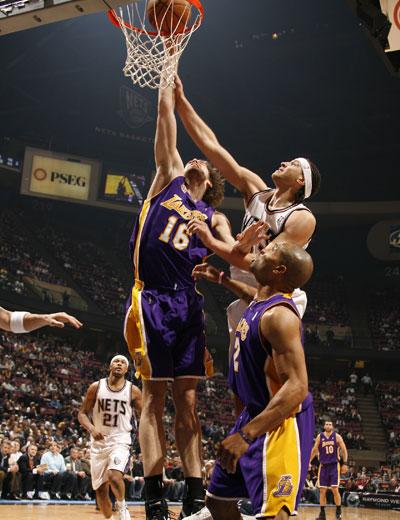 图文:[NBA]湖人胜网队 加索尔大力扣篮
