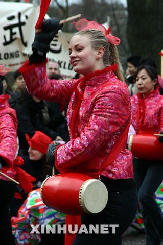 一名瑞典姑娘跳起欢快的腰鼓舞