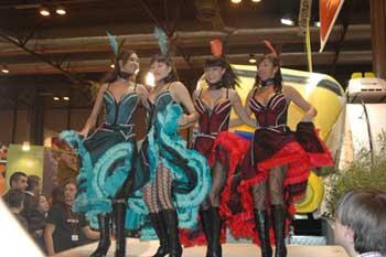 哥伦比亚展台的美女热舞。