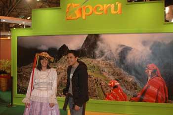 秘鲁展台的印第安人向观众介绍秘鲁高原风光和古迹。