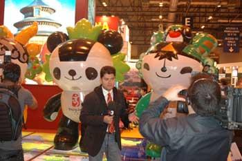 北京奥运会吉祥物福娃成了展会上的明星。西班牙媒体纷纷到中国展台采访,聚焦福娃;观众纷纷和福娃亲近,跟福娃合影。