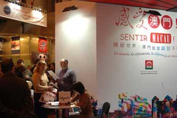 中国澳门展台,观众排起长队,等着让工作人员用汉字给他们写下自己的名字。