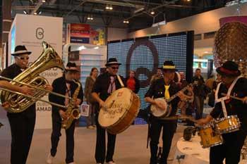 葡萄牙展台的诙谐爵士乐队为观众表演。