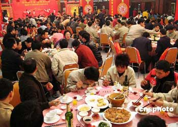 二月五日晚,来自福州四十多家企业的五百多名农民工代表在福州人民会堂一起过年,提前享用了一顿丰盛的年夜饭。 中新社发张彩林摄