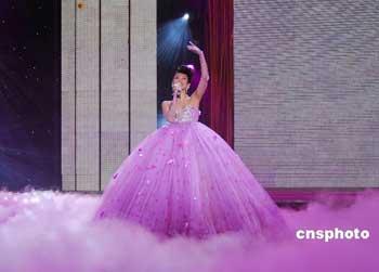 章子怡在中央电视台2008年春节联欢晚会上为全球华人献歌《天女散花》。 中新社发 杨可佳 摄
