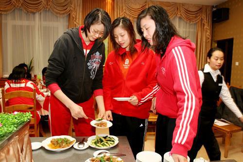 图文:中国女排漳州围炉过年 赵蕊蕊享受美食