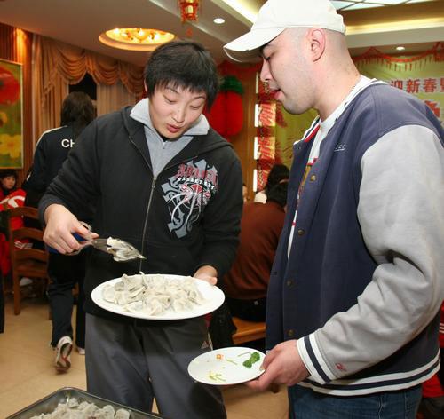 图文:中国女排漳州围炉过年 杨昊夹起大饺子