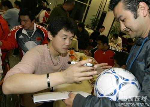 图文:国足赛后聚餐 孙继海为球迷签名