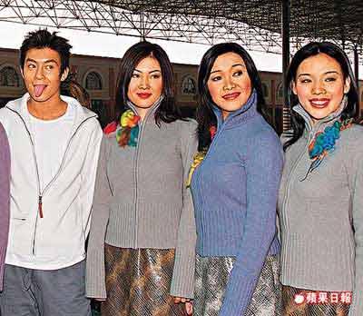 陈冠希(左)担任01年华裔小姐选举表演嘉宾时,曾公开表示看好陈育嬬(右)