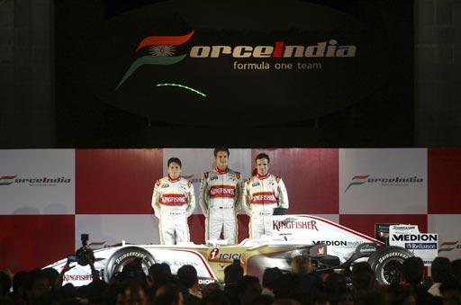 图文:印度力量车队亮相孟买 三位车手笑开颜