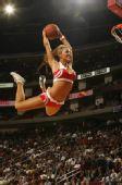 图文:[NBA]火箭胜骑士 啦啦队玩暴扣