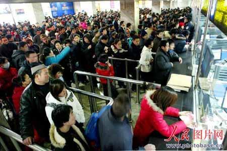 济南火车站售票大厅聚集了大量等待买票回家的旅客。  版权作品,请勿转载。
