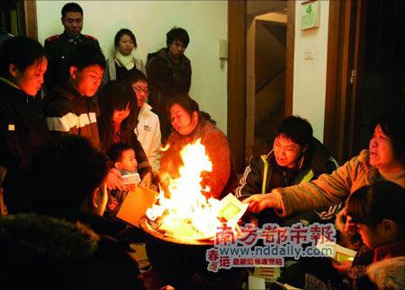 家人围着香炉焚烧纸钱祭奠牺牲的黄耀明,万户欢声一家悲,场面令人感慨动容