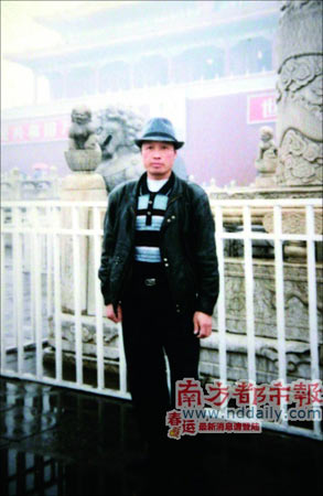 黄耀明生前的照片,摄于40岁。家人说,他很少拍照。