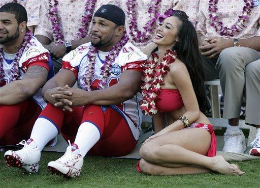 图为夏威夷美少女和印第安纳波利斯小马队橄榄球明星