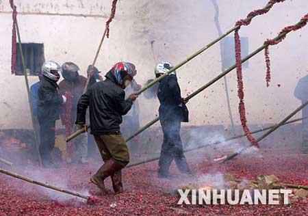 2月8日,在龙南县武当镇田心村,村民们戴着头盔放鞭炮。
