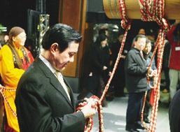 马英九(左二)与谢长廷(右二)在圣严法师(左一)号召下,一起在法鼓山参加祈福撞钟活动。没想到马英九的绳子应声而断,谢长廷则回头在看马英九。(台湾联合报图)