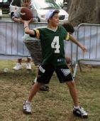 图文:NFL全明星赛嘉年华 小朋友进行投掷游戏