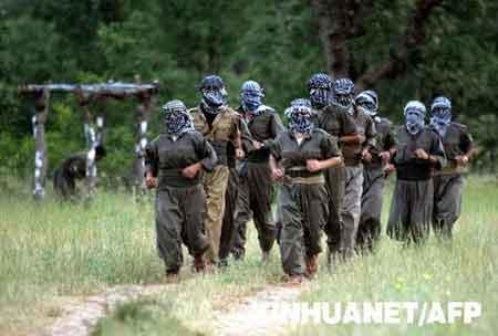 图为2007年6月20日拍摄的库尔德工人党武装人员在伊拉克北部靠近土耳其边境的阿马迪耶地区进行军事训练的资料照片。新华/法新