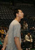 图文:[NBA]雄鹿迎战尼克斯 易建联精神抖擞